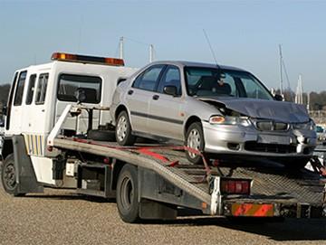 Pomoc drogowa parkująca auto na lawetę
