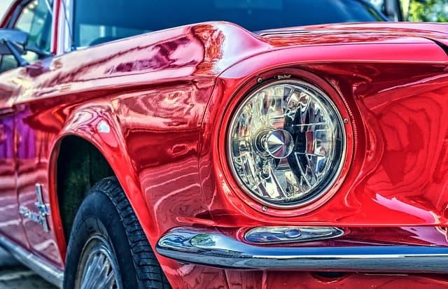 czerwone auto, ujęcie z przodu