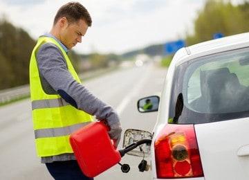 dolewanie paliwa na drodze przez pracownika pomocy drogowej