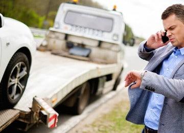 pomoc drogowa ładuje auto na lawetę