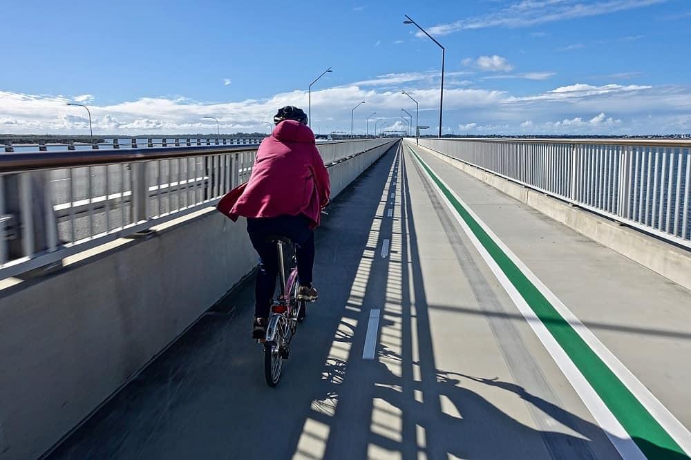 Rowerzysta jadący ścieżką rowerową
