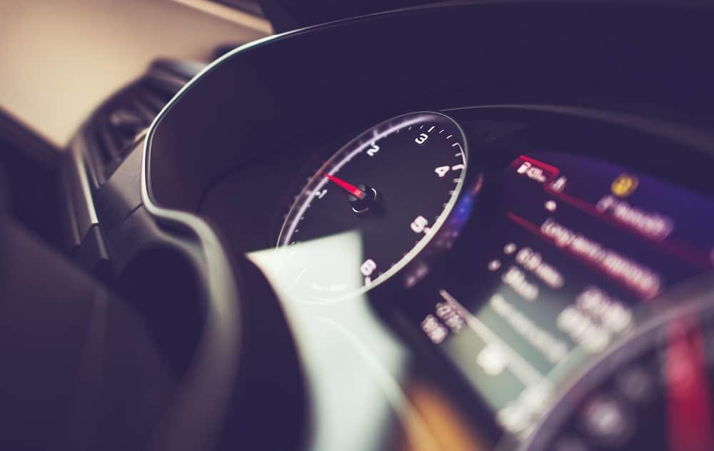 Wyświetlany komunikat na panelu licznika samochodu