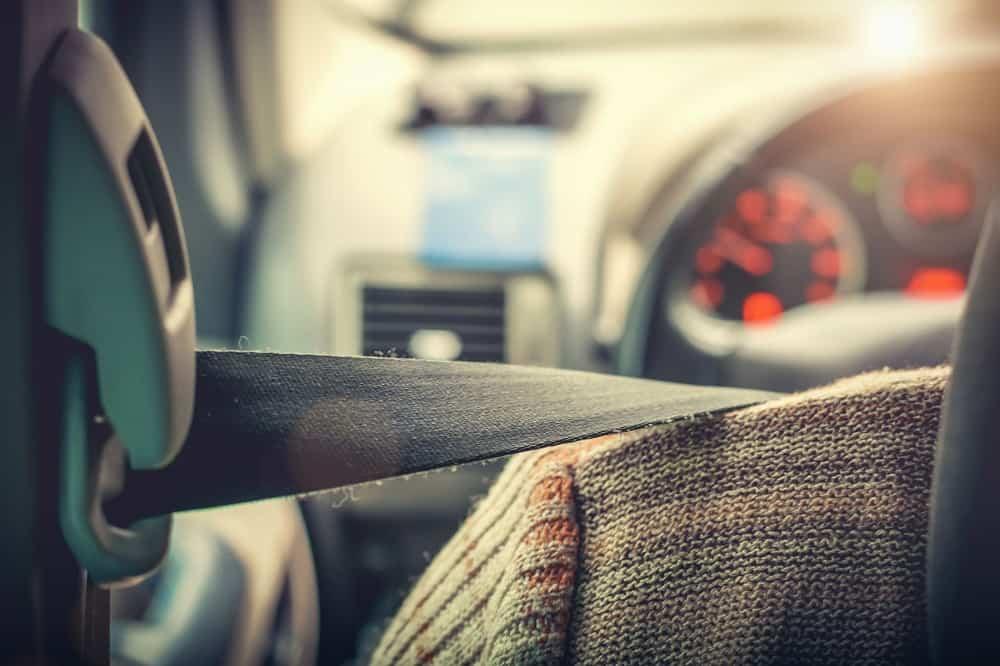Kierowca zapięty pasami prowadzi samochód