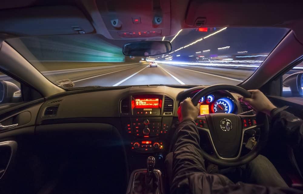 Samochód jadący w nocy, auto w środku