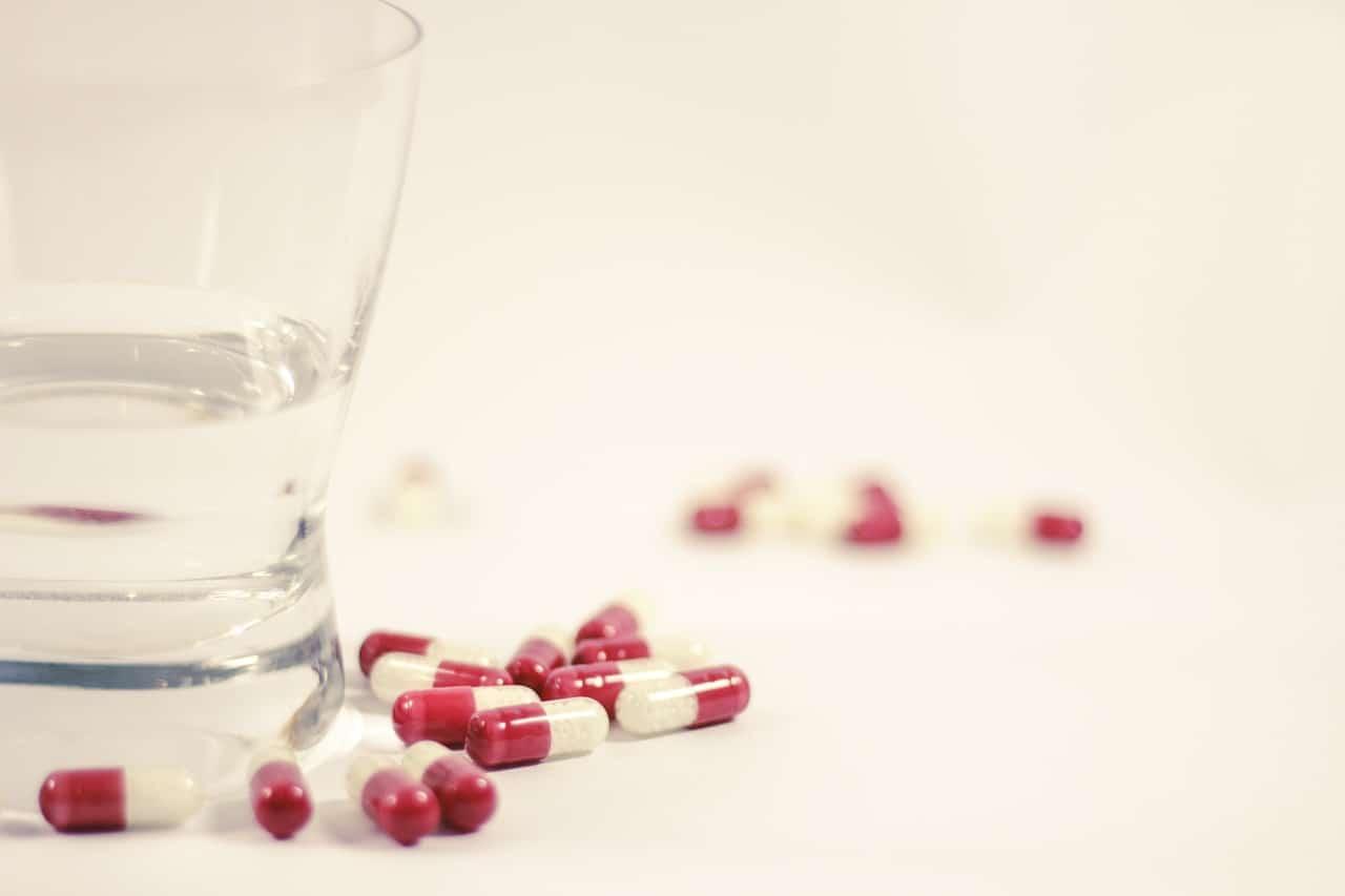 szklanka wody i tabletki