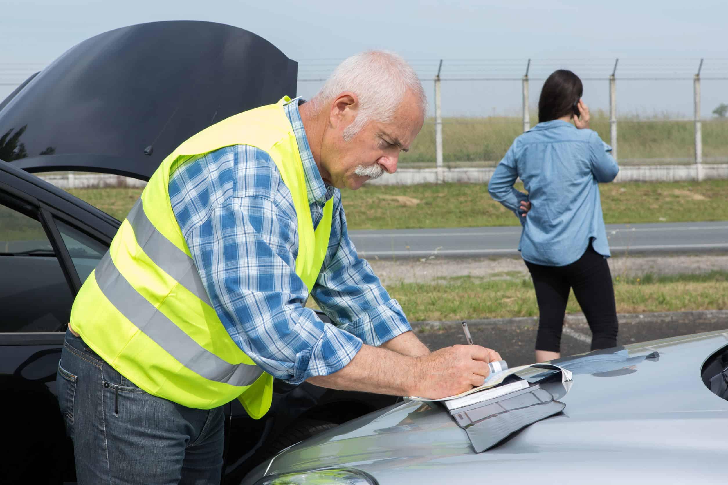 spisywanie oświadczenia na masce auta