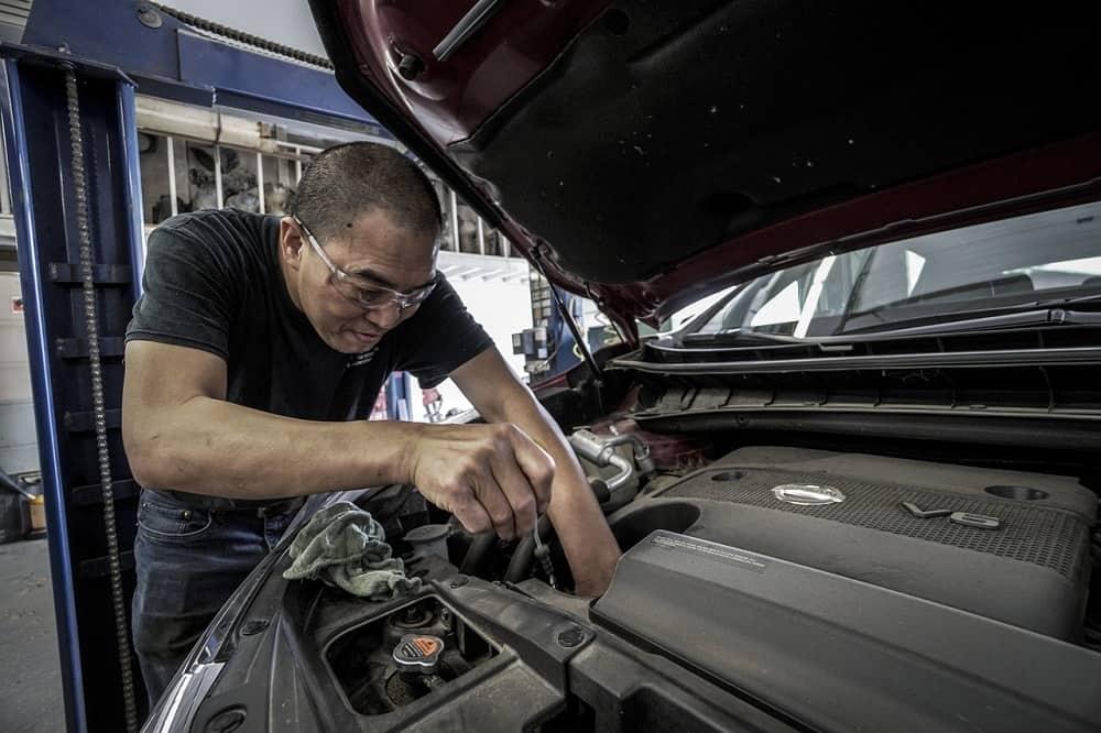 Wymiana oleju silnikowego w samochodzie przez mechanika