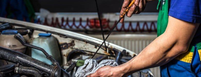 Sprawdzanie stanu oleju w silniku