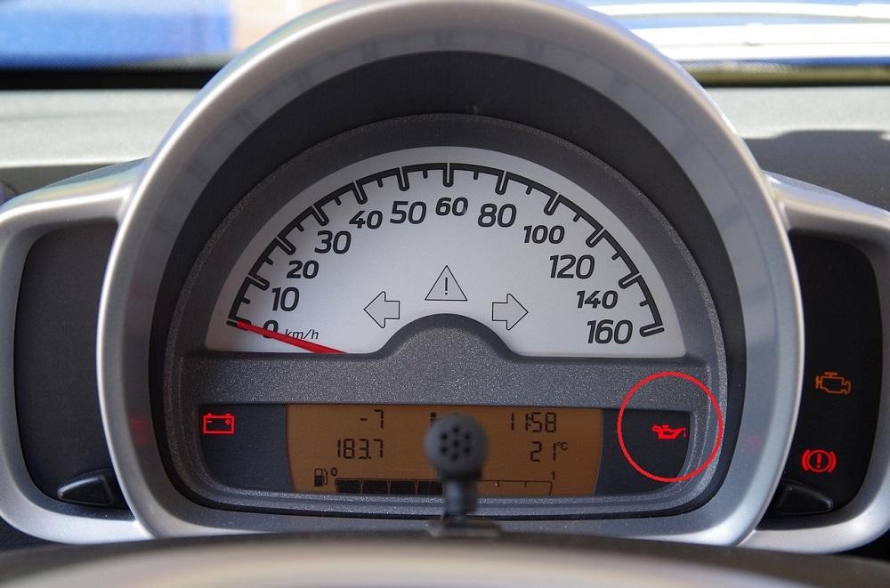Wyświetlacz w samochodzie, brak oleju
