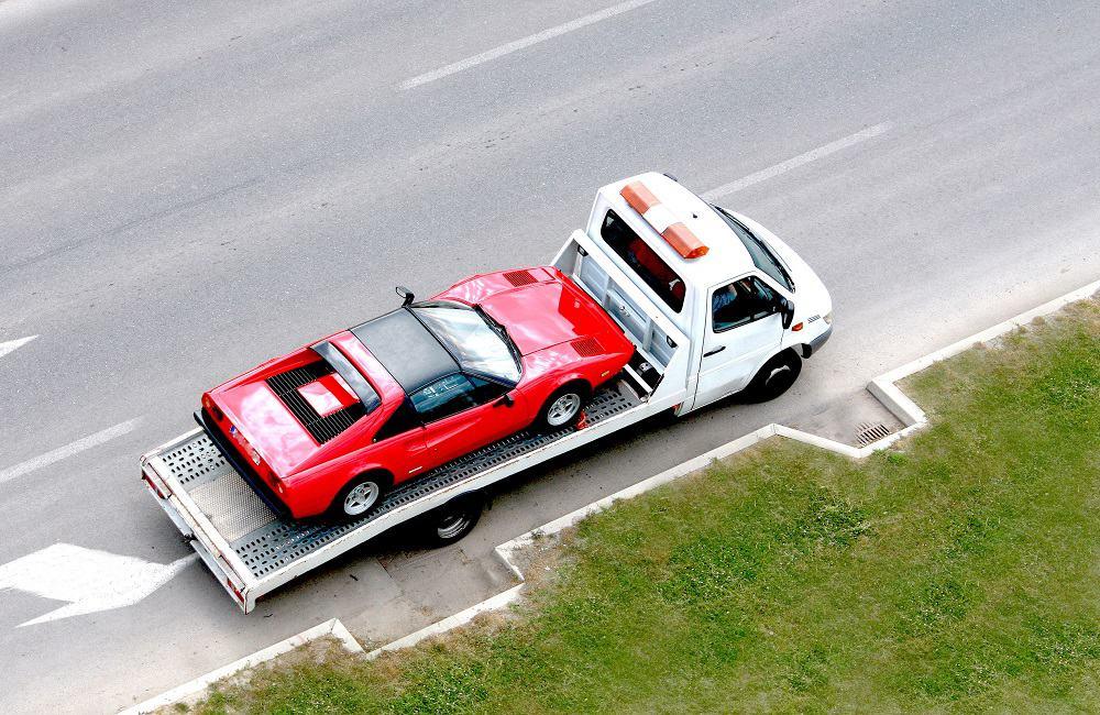Lawetowanie samochodu na autostradzie