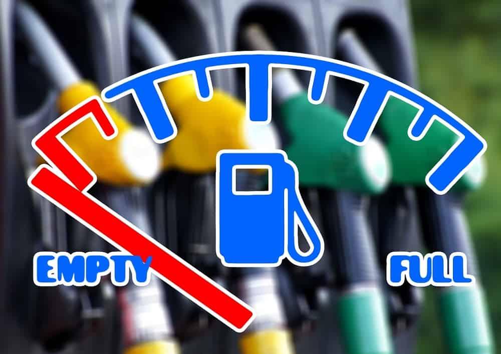 Brak paliwa w zbiorniku samochodowym, tankowanie auta