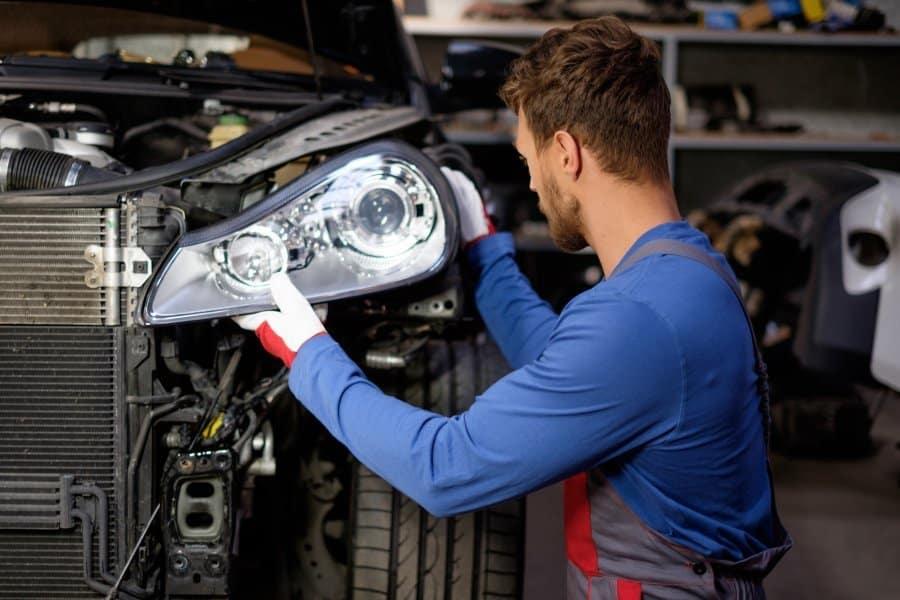 mechanik mocujący reflektor w aucie