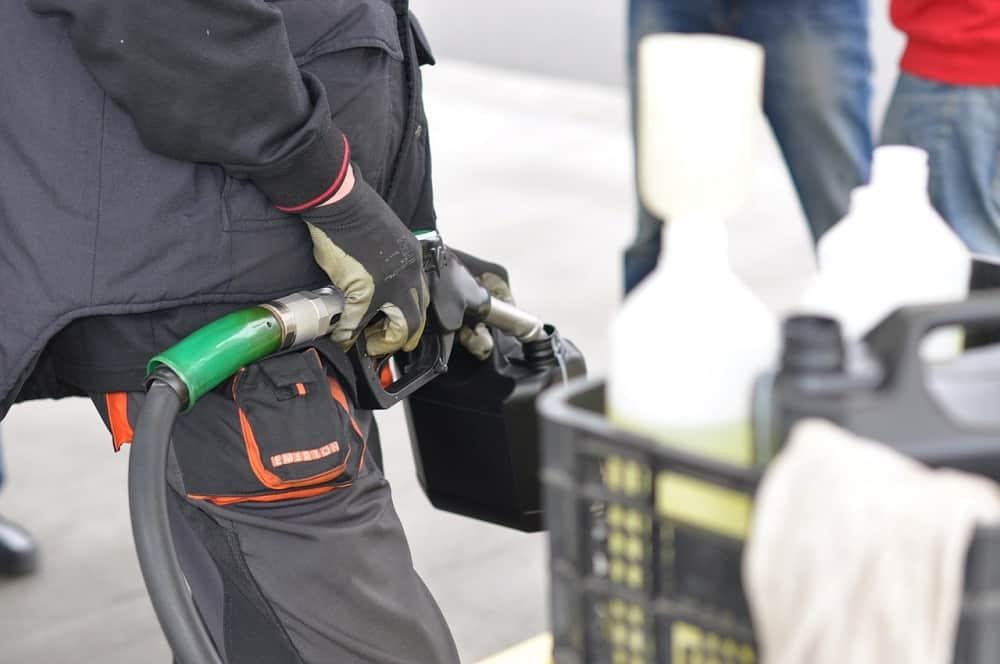 Tankowanie paliwa do karnistra, praca pomocy drogowej