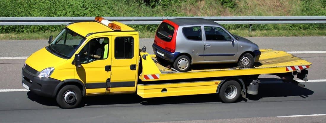 Pomoc drogowa przewozi auto na lawecie