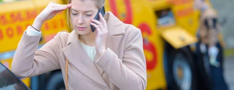 Przerażona kobieta, która rozmawia przez telefon