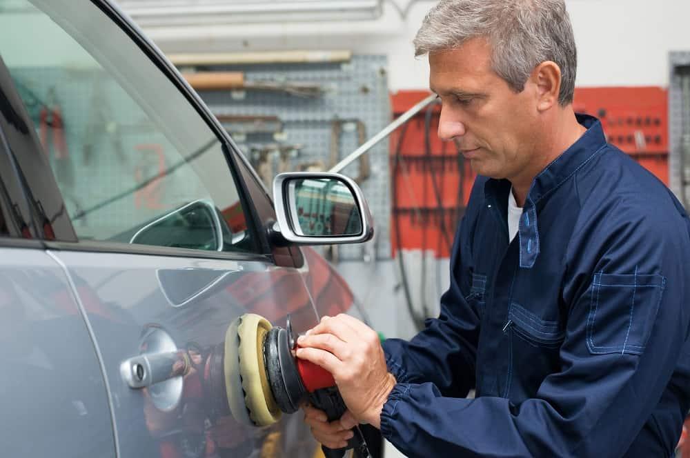Polerowanie samochodu osobowego przez lakiernika