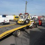 Hol uszkodzonego samochodu na wózku transportowym