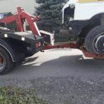 Holowanie uszkodzonego samochodu na widłach