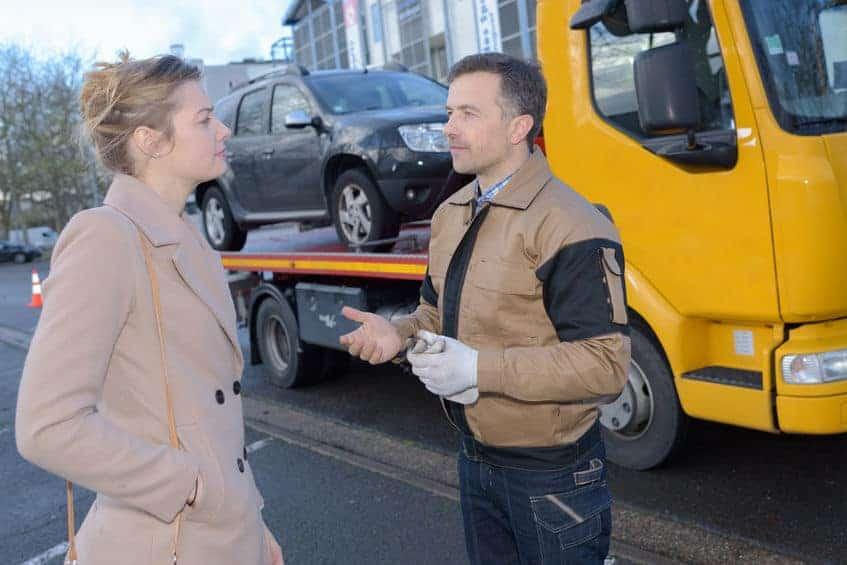 rozmowa kobiety z kierowcą pomocy drogowej