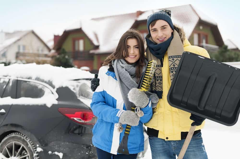 rodzina przed zaśnieżonym autem