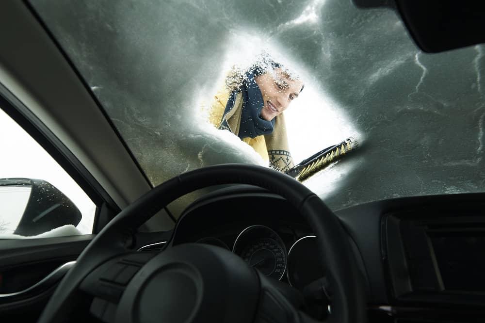 czyszczenie szyby auta z lodu