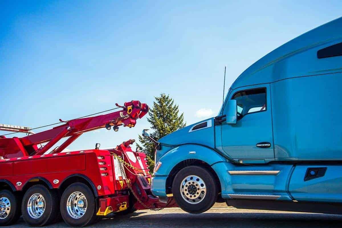hol auta ciężarowego na widłach