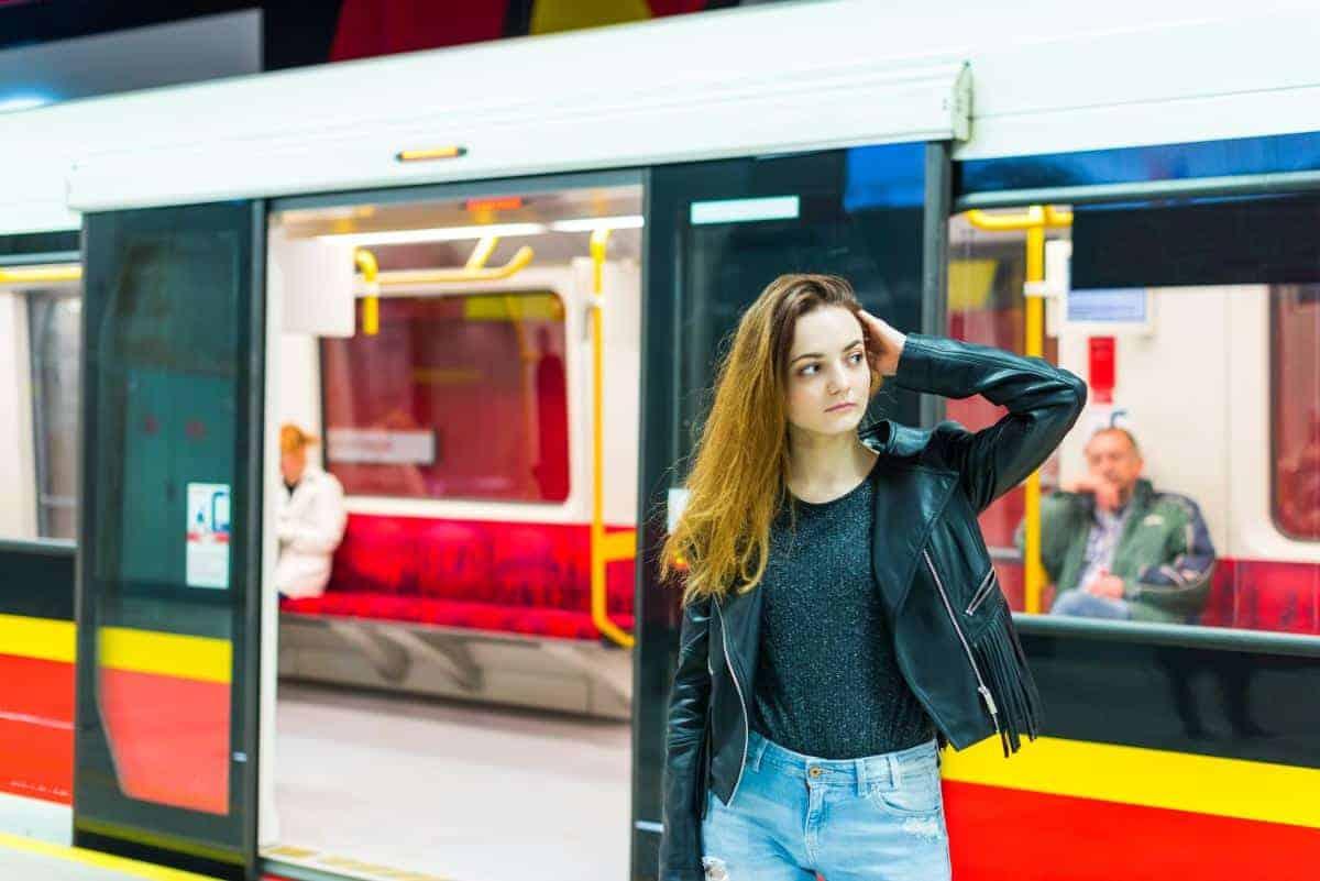 dziewczyna w metrze